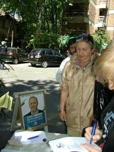 Vecinos firmando el petitorio de seguridad en Roca y Azcuénaga.