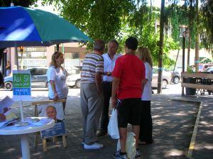 Luis dialoga con vecinos en una de las mesas