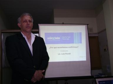Luis Parodi al inicio de la conferencia
