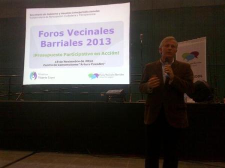 Luis Parodi abriendo el Acto de cierre de los Foros Vecinales Barriales 2013