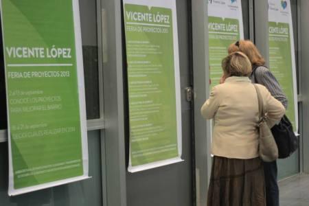 Mirando banners con los proyectos elegidos por barrio